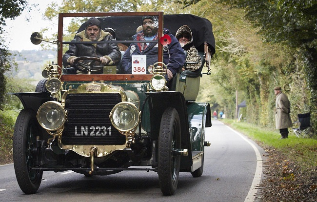 OLD CAR, MODERN JACKETS: A 1904 Mors, its driver and passengers togged up for the English dawn cold, is saluted on the 2016 London-Brighton Run by a lone spectator. Image: Newspress