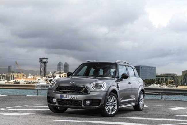 THEY DON'T LOOK ANY DIFFERENT: This is the electric Mini Cooper now in global showrooms. Image: BMW / Mini