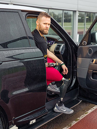 ARMY VETERAN TESTING RANGE ROVER: Invictus athlete Mark Ormrod no dummy when it comes to testing. Image: Jaguar Land Rover